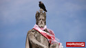 Król Kazimierz Wielki z pomnika kibicuje polskiej reprezentacji